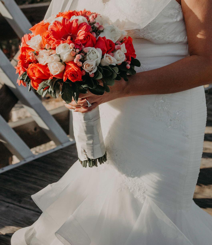 brudbukett röda och vita rosor