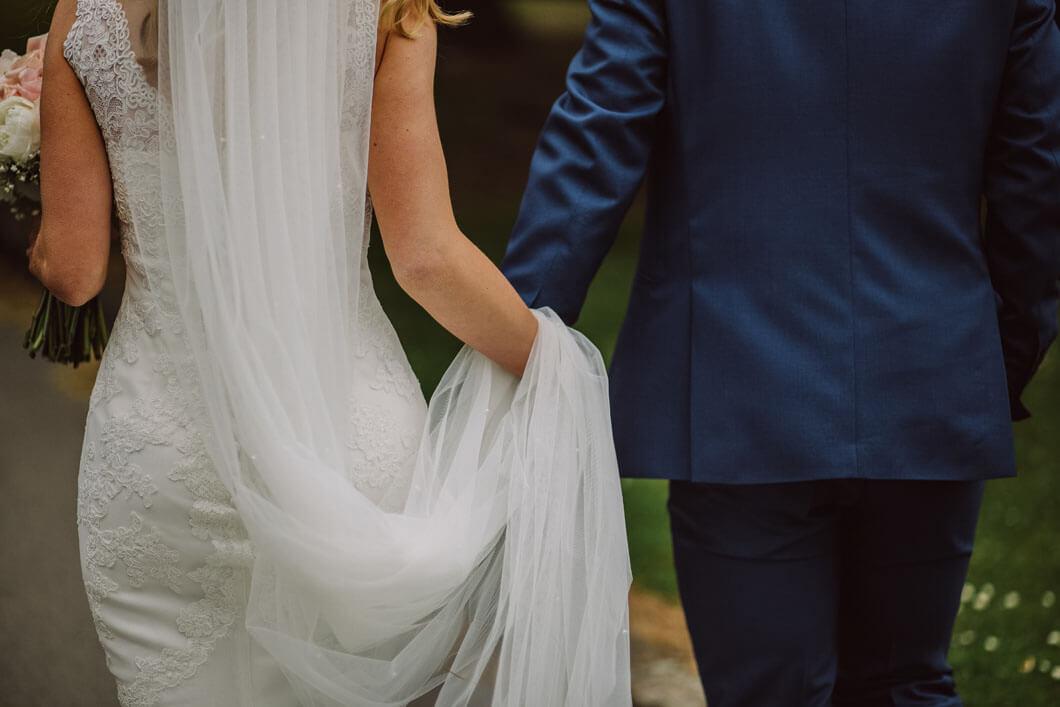 brudparet på väg till vigsel