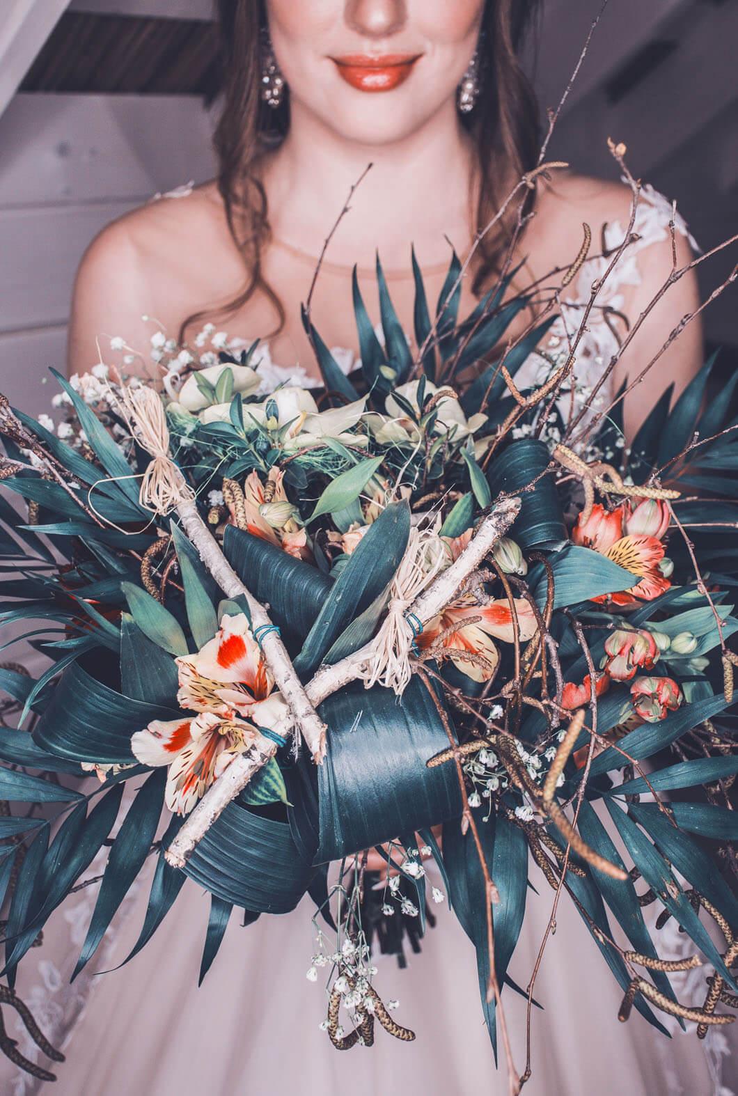 bruden visar upp häftig bröllopsbukett