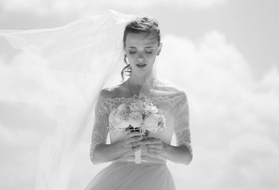brud med bröllopsbukett