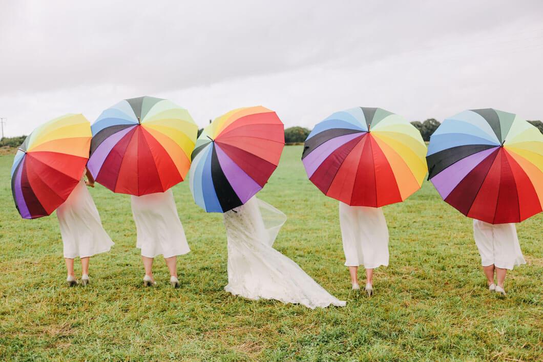 brudtärnorna med paraply