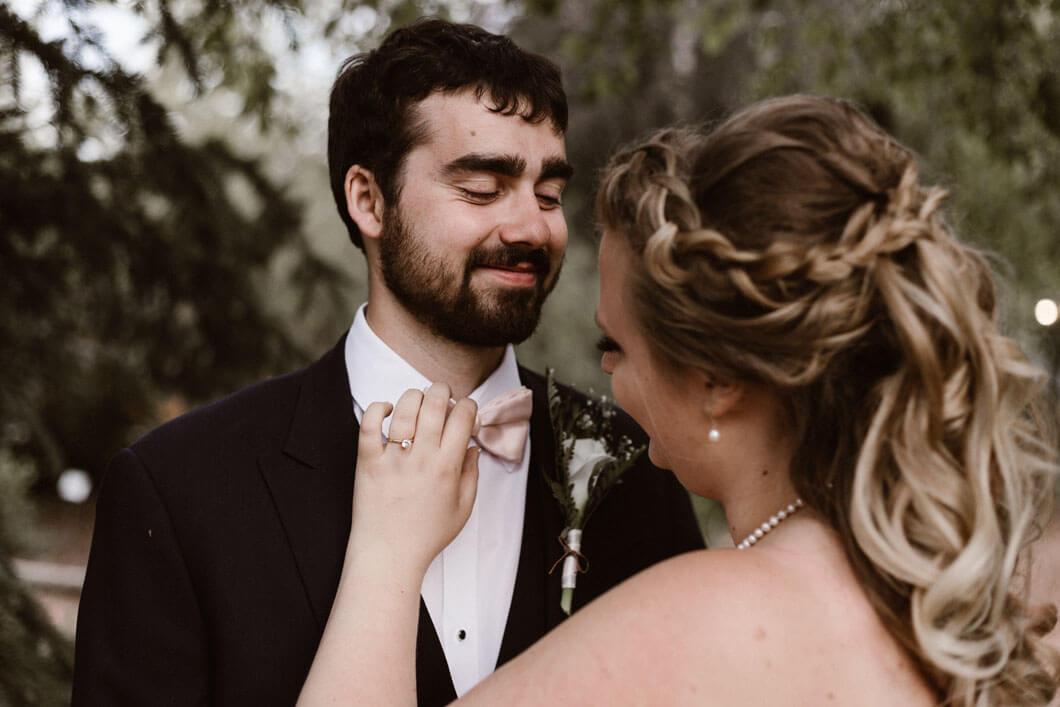 kärleksfull bild på brudparet