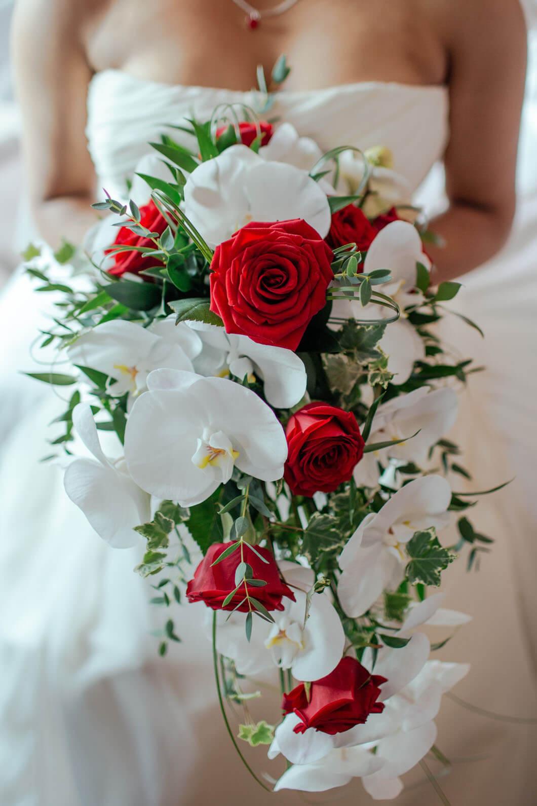 brud med vackra blommor