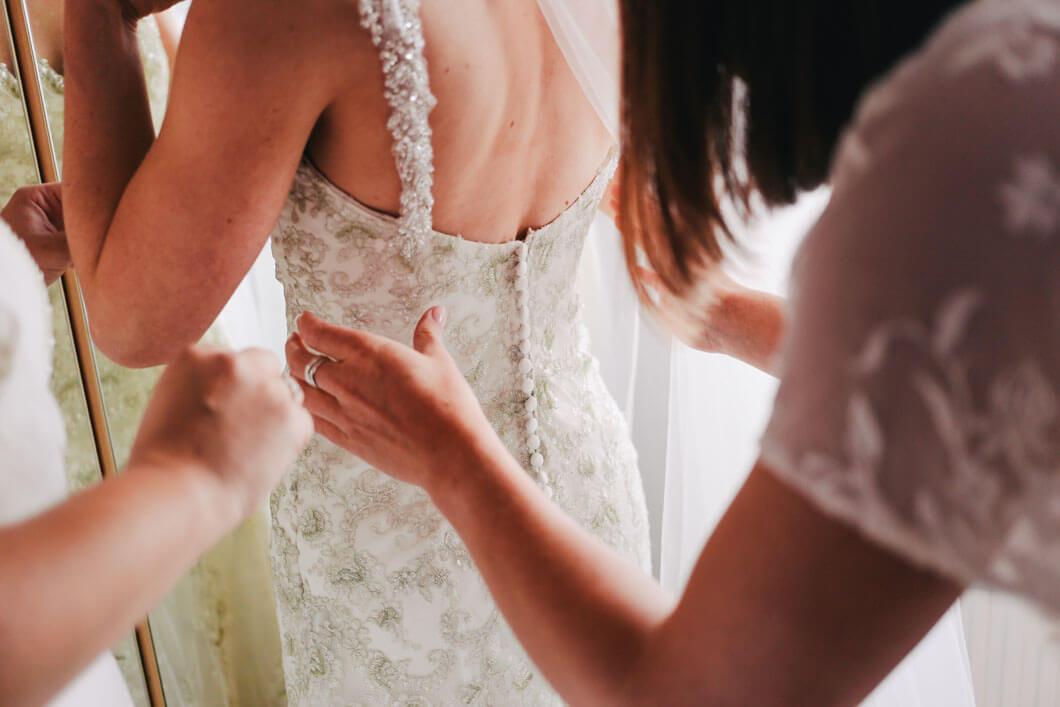 bröllopsklänningen sitter perfekt