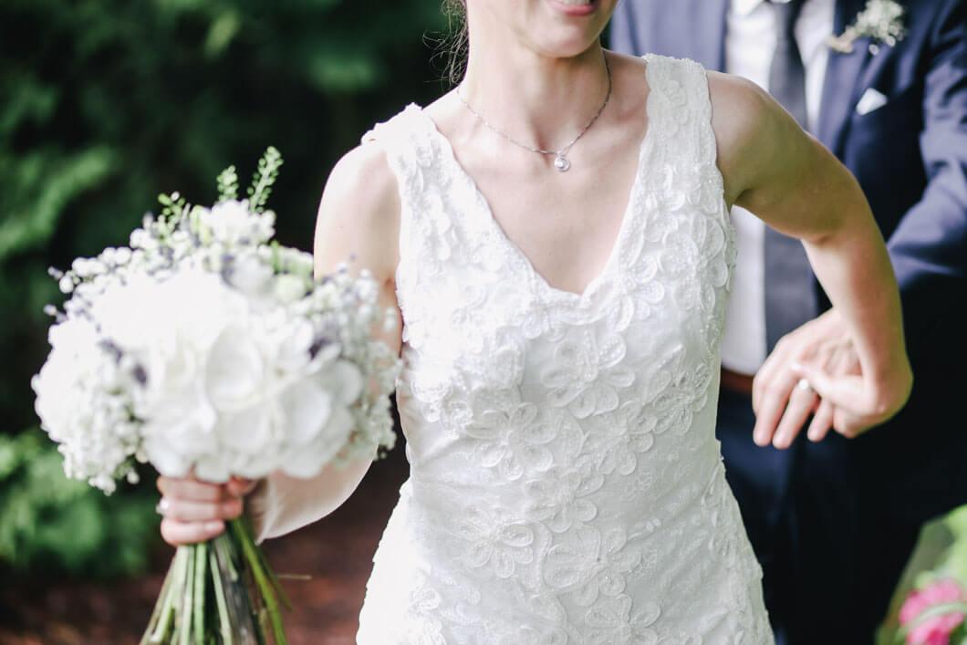 brudparet springer ut ur kyrkan